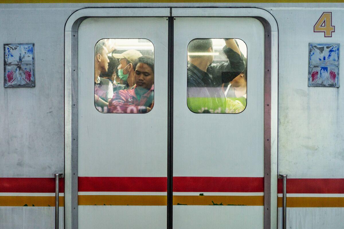 Bank Indonesia Seen Keeping Rupiah Bears at Bay as EM Risks Rise