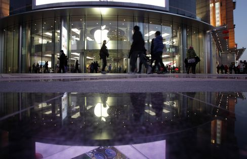 Apple CEO Cook Says China Will Overtake U.S. as Biggest Market