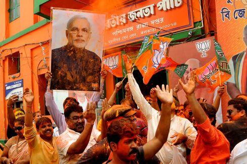 モディ氏の勝利を祝うインド市民