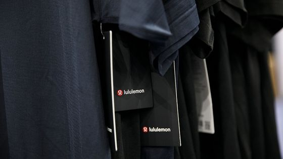 Lululemon Falls on Conservative View But Analysts Keep Faith
