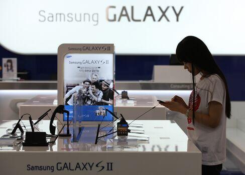 Asian Stocks Advance on U.S. Deficit Plan, Apple Earnings