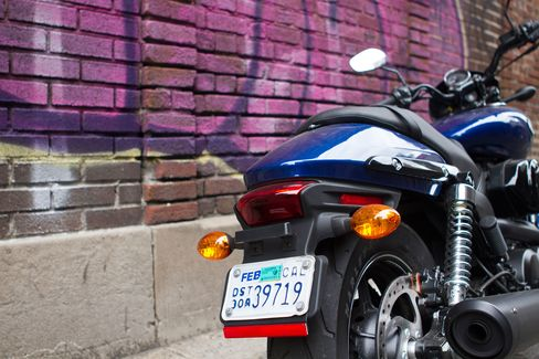 The Street 750 has teardrop-shaped front and rear indicators that match the shape of the gas tank.