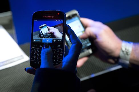 Yacktman Cut BlackBerry Stake in Half Before Z10 Phone Debut