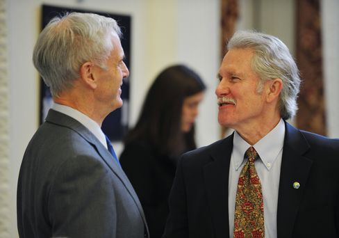 Governor John Kitzhaber (R) chats with C