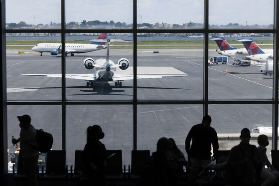 Delta Air Falls Most in a Year After Warning on Fuel Costs