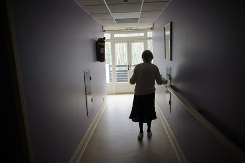 Cholesterol Levels Linked to Alzheimer's Risk in Study