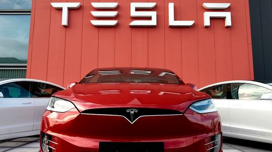 Tesla's Blowout Deliveries Lift Shares Even as Smaller Peers Lag