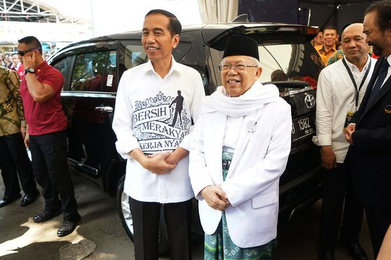 Jokowi's Challenger Trails Far Behind Him in Social-Media Popularity