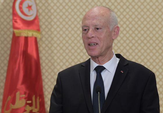 Tunisia Averts Crisis and Grudgingly Approves New Government
