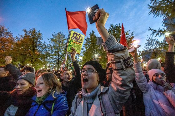 Kremlin Struggles to Defuse Protests in Putin Heartland
