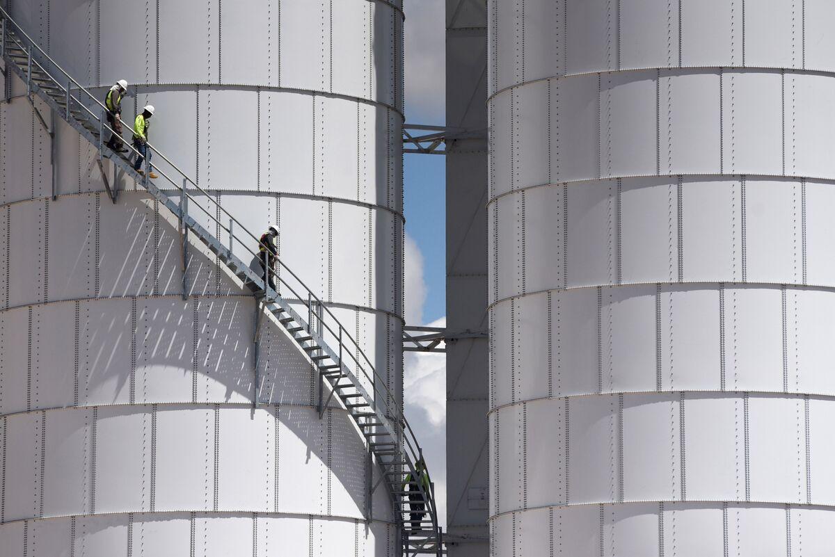 Oil Holds Gains as Supplies Tighten at Key U.S. Storage Hub