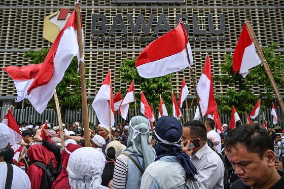 Protest Clogs Jakarta as Prabowo Disputes Jokowi's Poll Victory