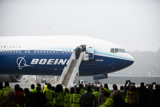 Top Buyer Emirates Expects Boeing 777X to Miss 2021 Debut Target