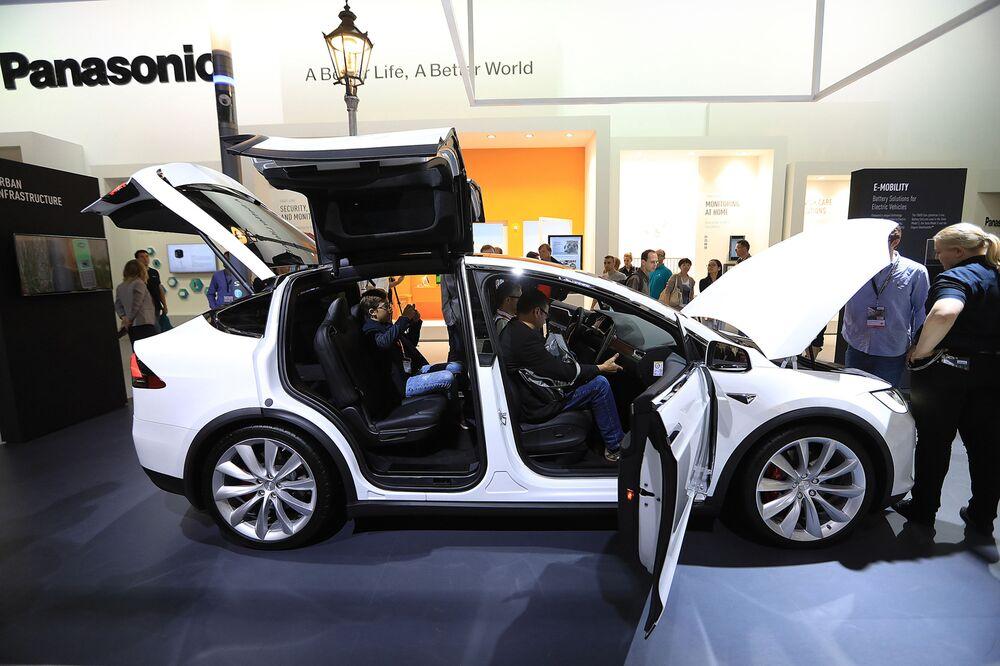 Tesla's Battery Supplier Forecasts Drop in Earnings, Sales