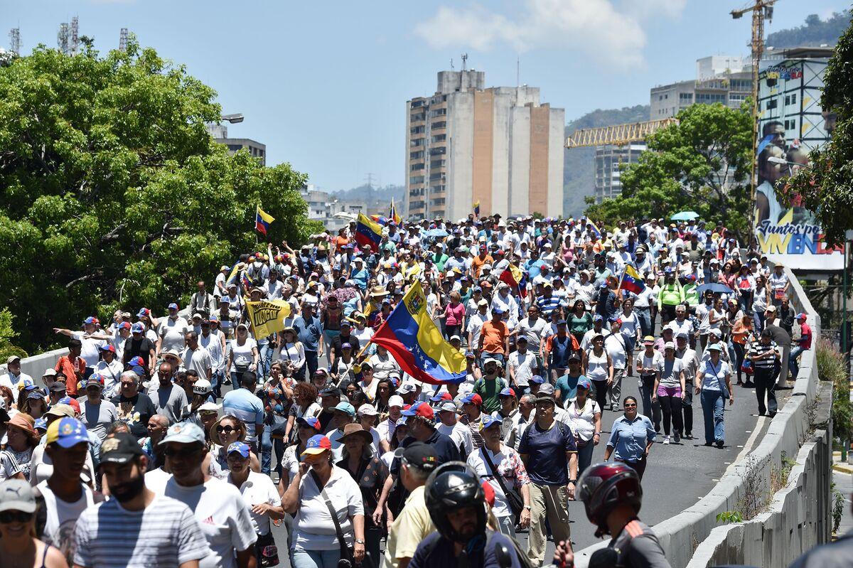 Venezuelans Take to Streets to Protest Water Shortage, Blackouts