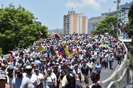 Venezuelans Take to Streets to Protest Water Shortage, Blackouts