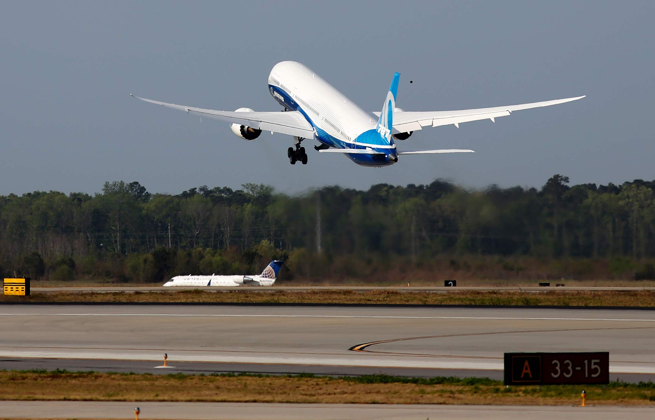 Biggest 787 dreamliner takes flight in lift for boeing cash plan biggest 787 dreamliner takes flight in lift for boeing cash plan bloomberg sciox Images
