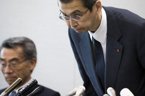 会見で頭を下げる高田重久氏と須藤弁護士