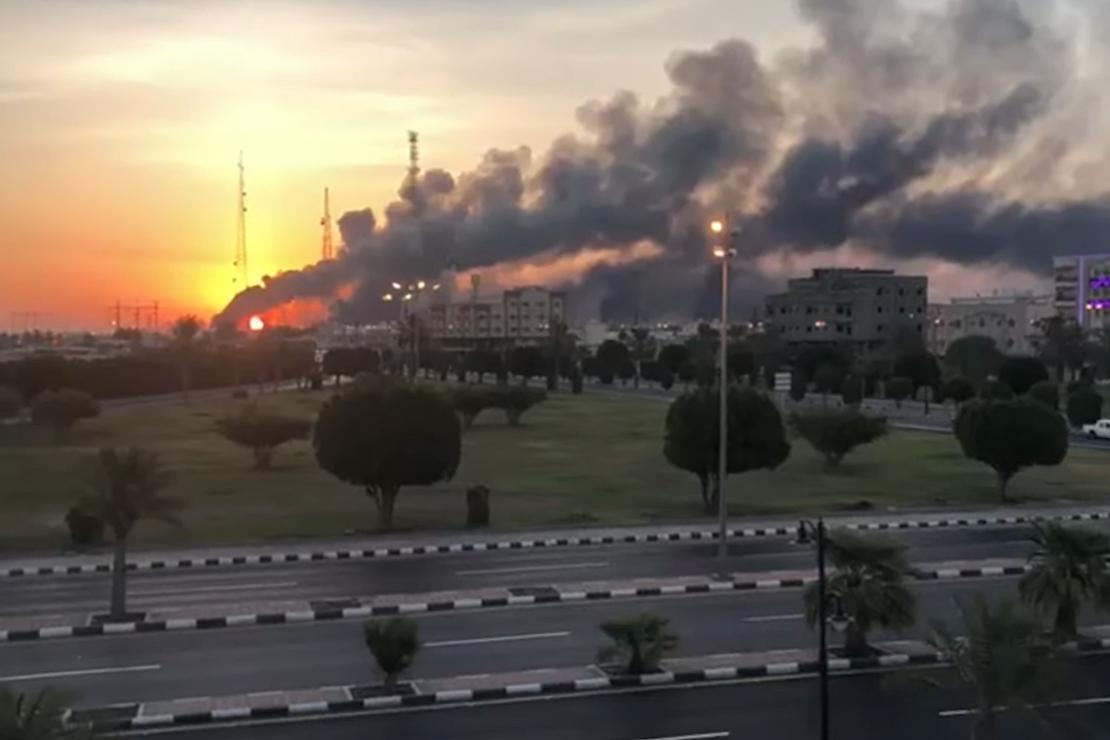 Dym kłębi się od pożarów po strajku dronów w Arabii Saudyjskiej Aramco w Abqaiq 14 września 2019 r.