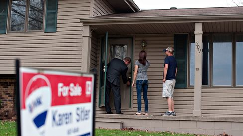 Potential homebuyers in Washington, Ill.