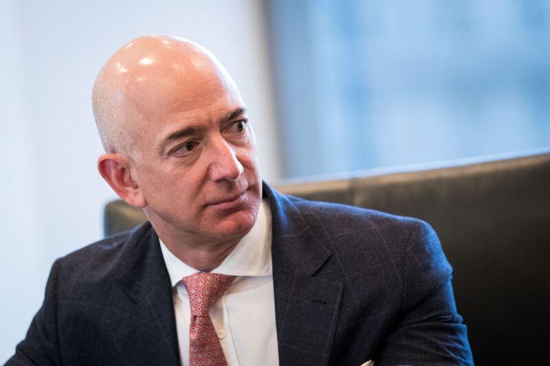 Ο δισεκατομμυριούχος Jeff Bezos και οι αποθηκάριοι της Amazon