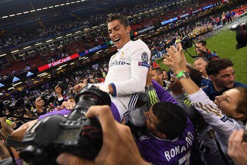 今年のUEFAチャンピオンズリーグで優勝を決め、レアル・マドリードのチームメートから祝福されるクリスティアーノ・ロナウド選手