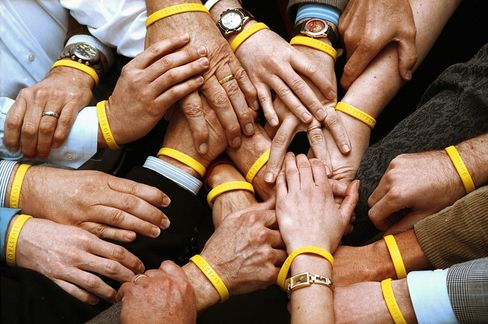 Lance Armstrong Cuts Livestrong Ties as Donors Toss Yellow Bands