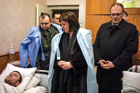 Jaresko during her visit to a military hospital in Irpin.