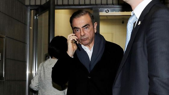 Abe Plays Golf as Japan Officials Stay Silent Over Ghosn Escape