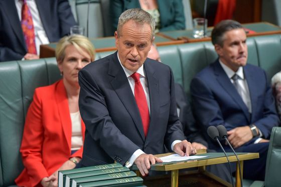 Australian Election Race Tightens as Labor Poll Lead Cut in Half