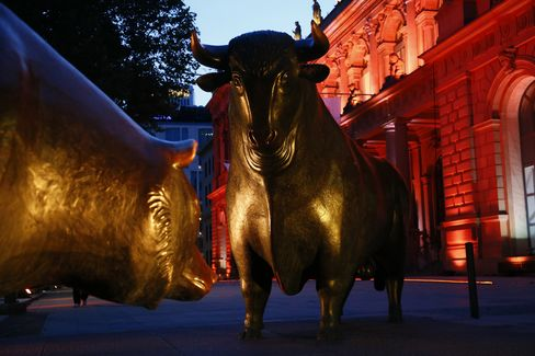 European Stocks Advance as Commodities Drop With Chinese Shares