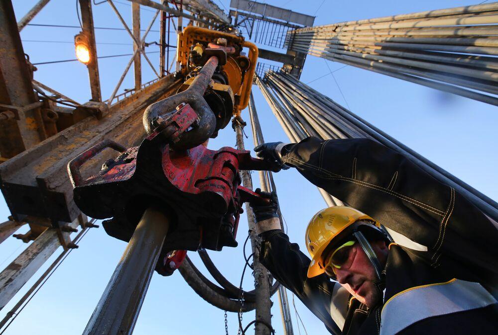 Just as Traders Eye $100 Oil, Cracks Form in Bull Market - Bloomberg