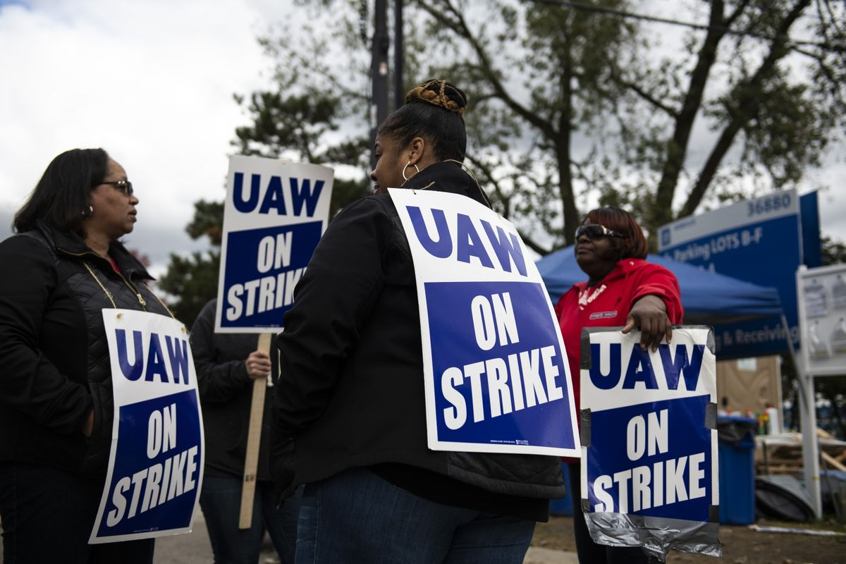 GM Strike Seen Forcing Credit Firms to Mull Negative Action
