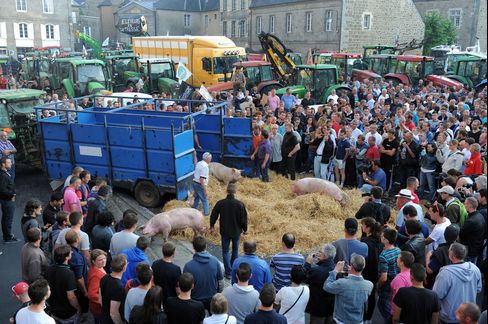 French farmers and breeders make a por-scene outside Saint-Brieuc.