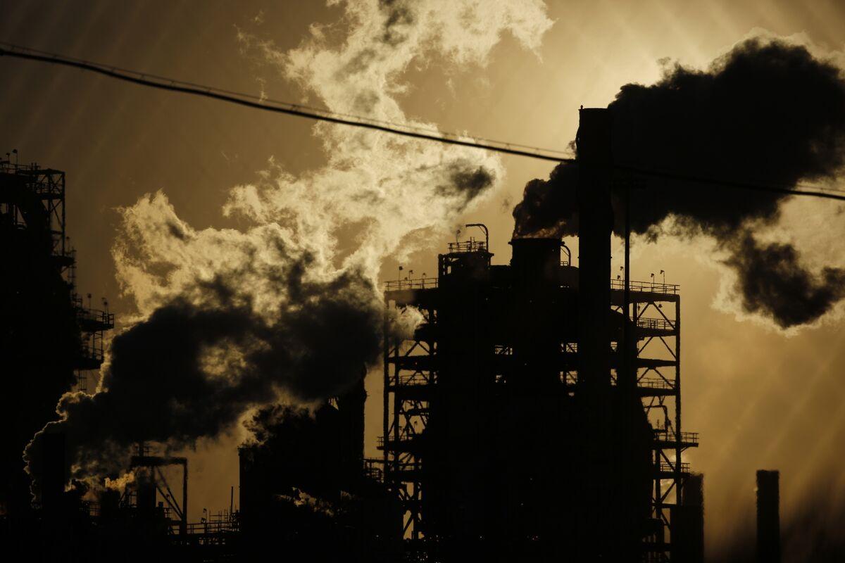 bloomberg.com - Saket Sundria - Oil Holds Three-Day Advance on Outlook for Tighter Global Market