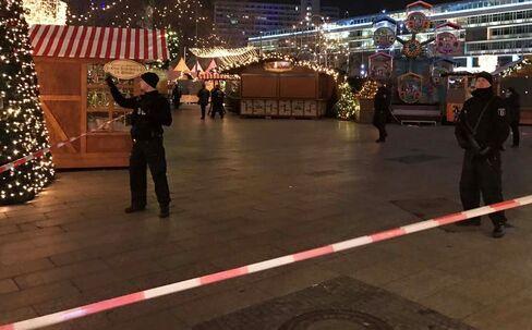 ベルリンの現場で警戒に当たる警察官