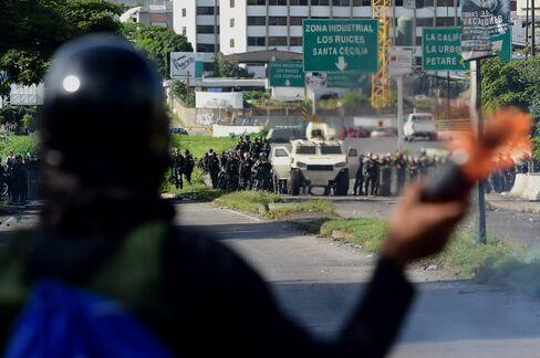 デモ隊と衝突するベネズエラ国家警備隊