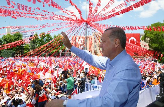 Erdogan Fights to Keep Power as Bloomberg Poll Shows Tight Votes