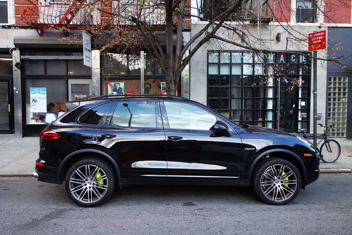 down on diesel the 2016 porsche cayenne s e hybrid is a. Black Bedroom Furniture Sets. Home Design Ideas