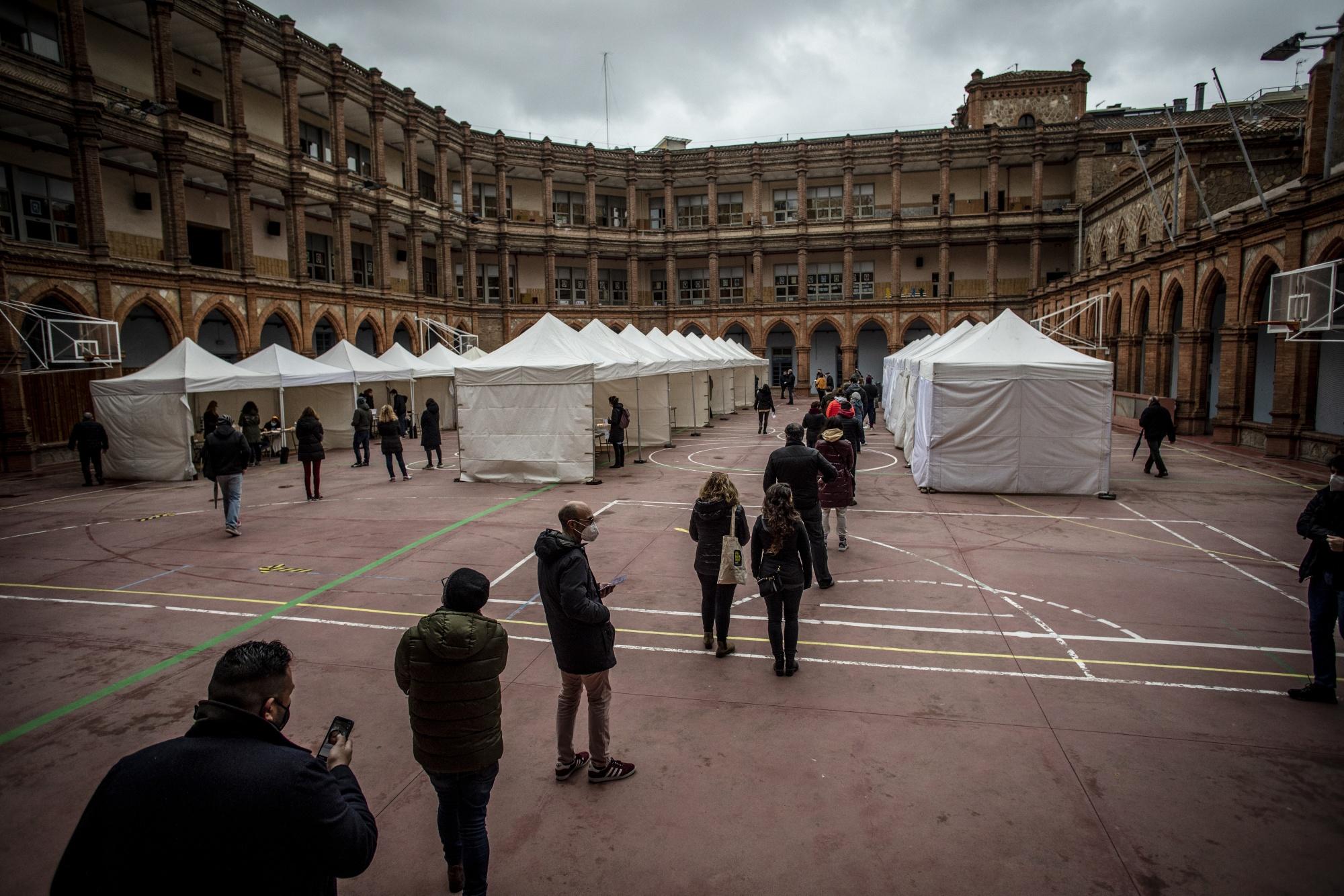 Los votantes votan en las elecciones catalanas