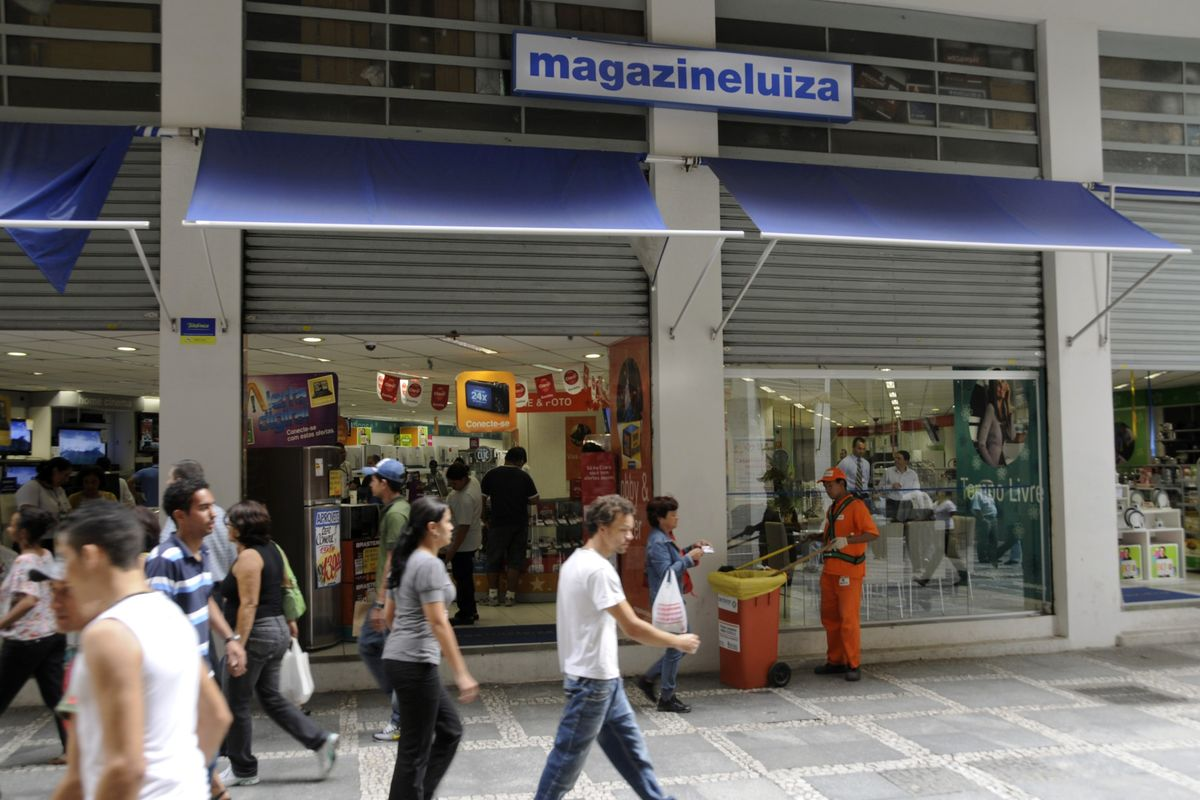 Brazil's Top Fund Sticks to Local Retailer Bet Amid Amazon Move