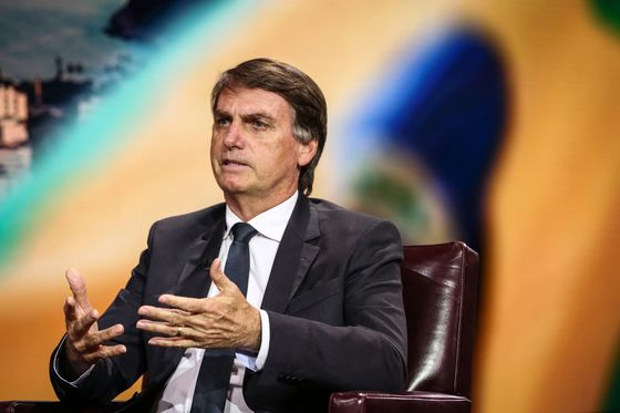 BolsonaroKeeps Grip on Lead in Brazil Runoff, Poll Says
