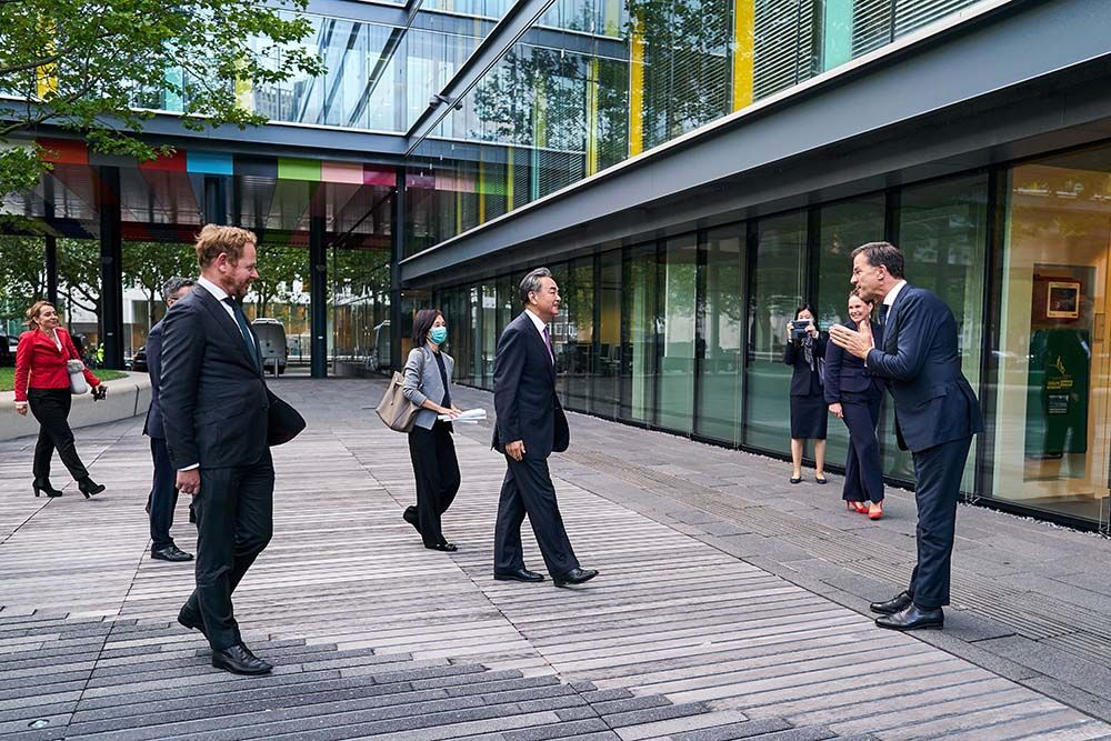 Mark Rutte, right, welcomes Wang Yi at the Ministry of Finance in the Hague, the Netherlands on Aug. 26.