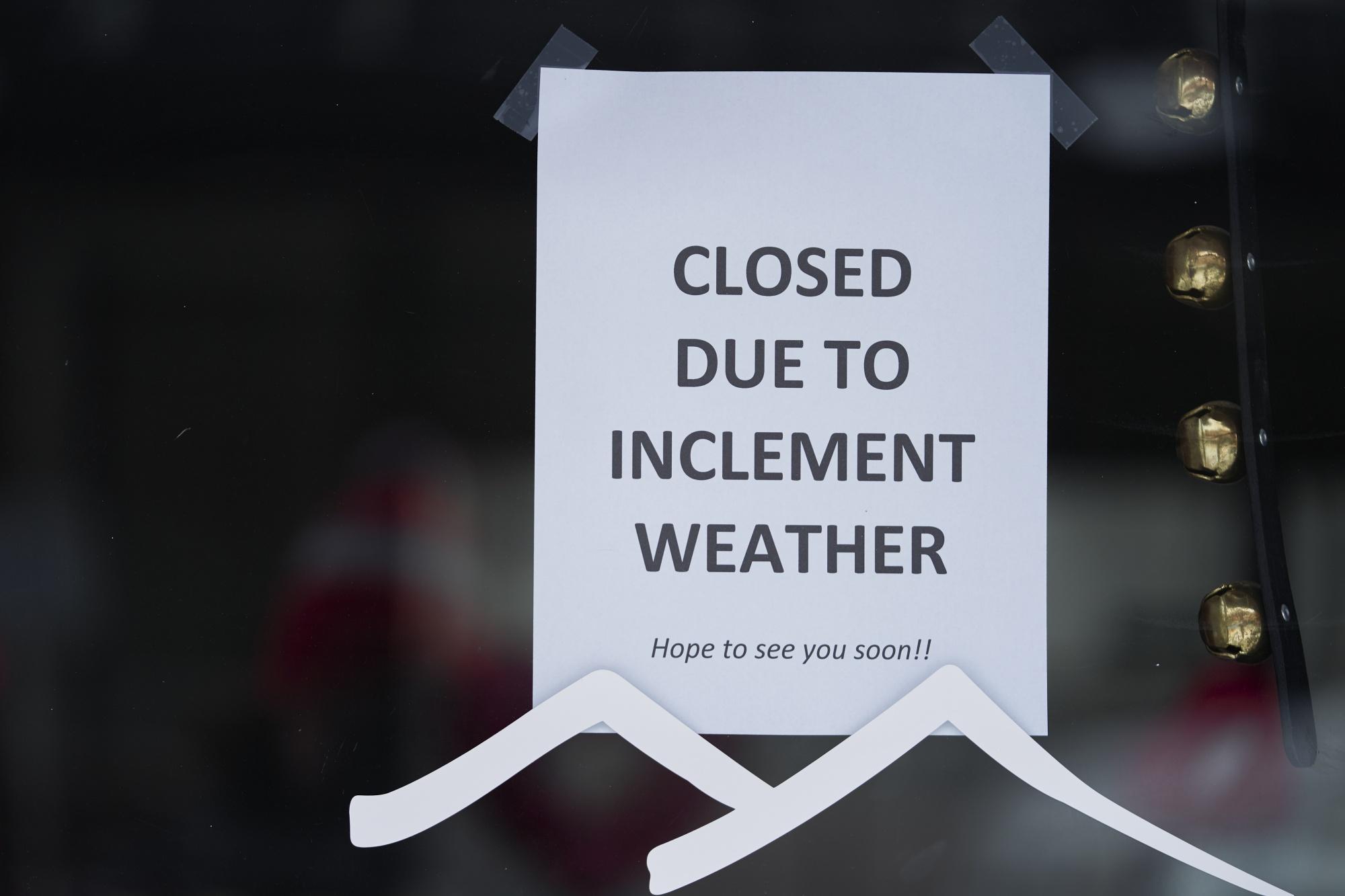 Un cartel en la puerta de una empresa local en McKinney, Texas, el 16 de febrero.