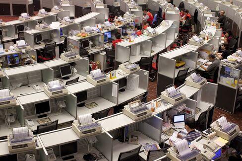 Hong Kong Stocks Slump on Bird Flu Deaths After Holiday Break