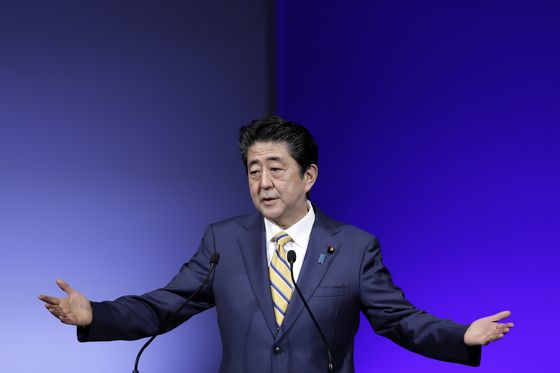 Abe Says Japan Wants Apology for South Korean Remarks on Emperor