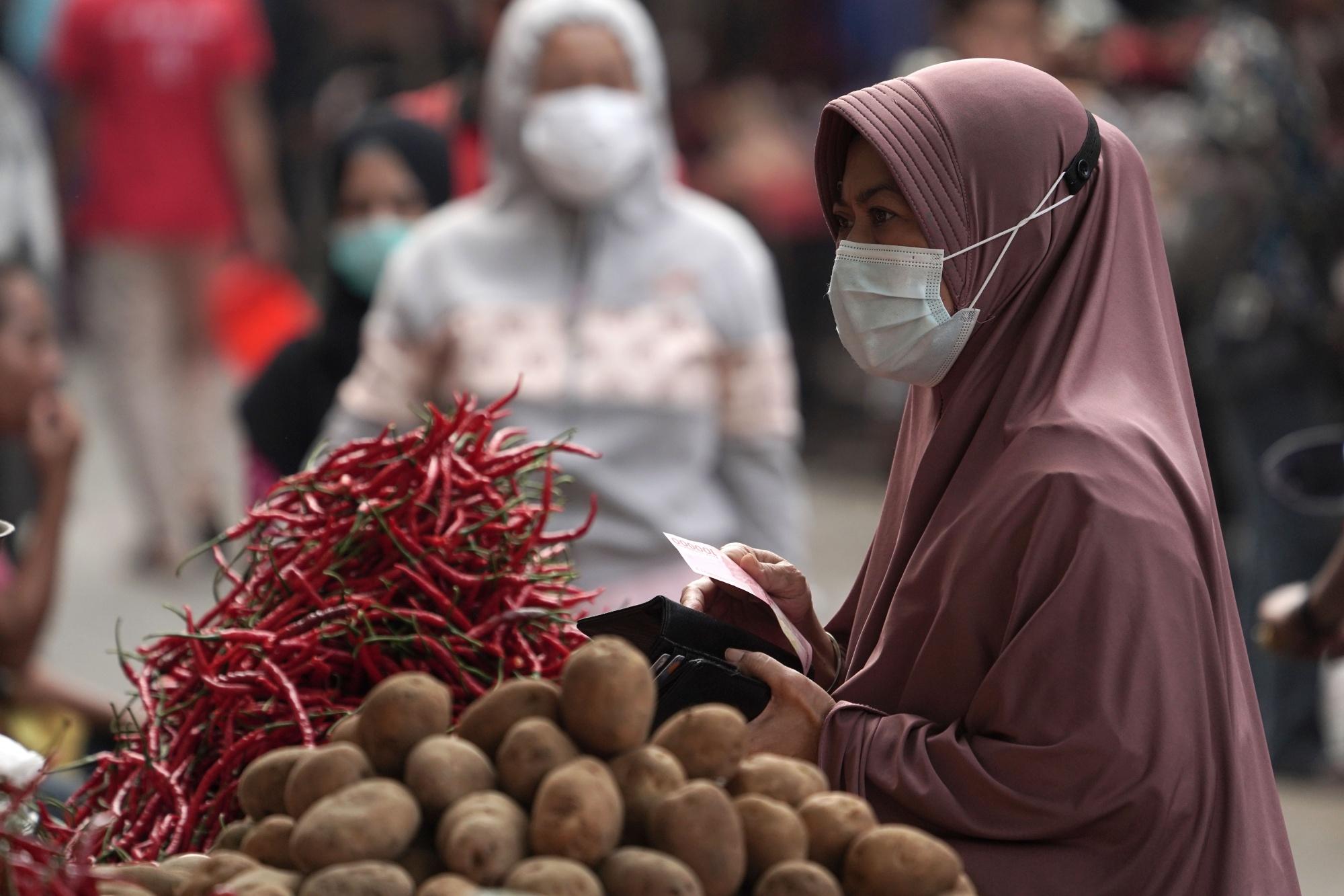 Shoppers at Kebayoran Lama Market Ahead of CPI Figures