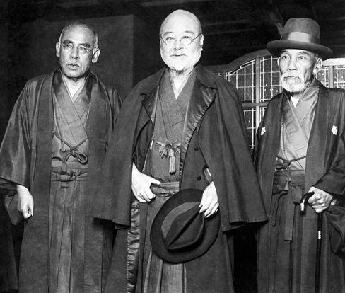 Takahashi Korekiyo, center.