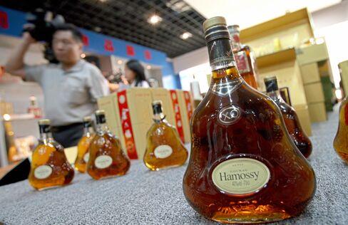 酒類の偽造品検査(2007年6月、北京で)