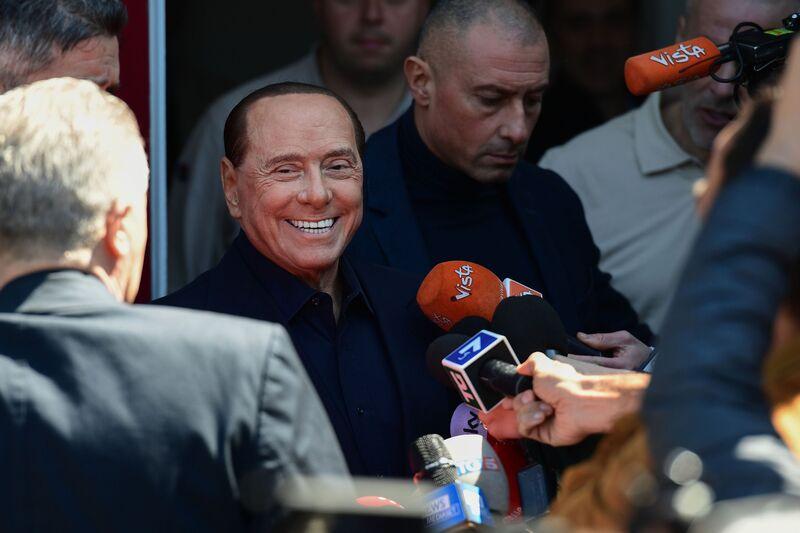 Ο Berlusconi δίνει μάχη κόντρα σε δισεκατομμυριούχο για να φτιάξει τον ανταγωνιστή του Netflix